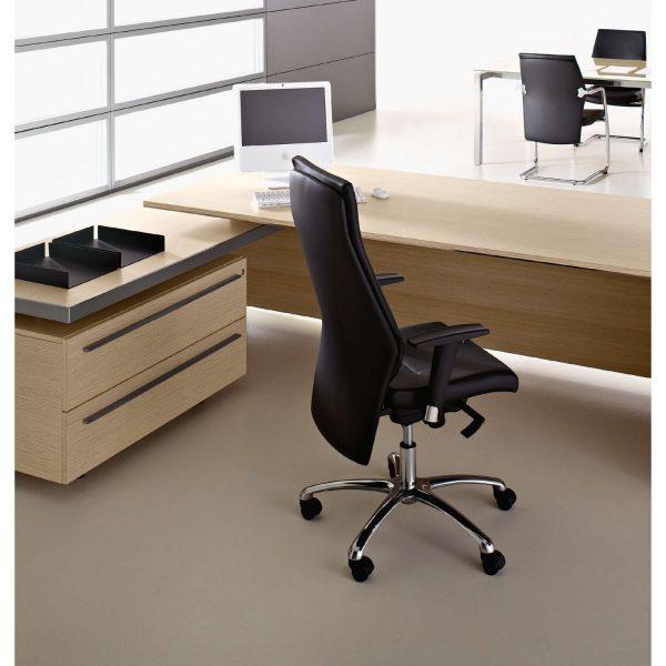 sedia direzionale in pelle nera